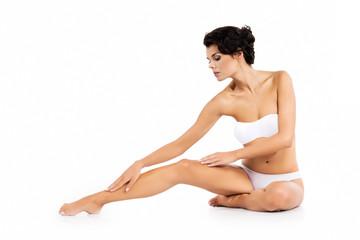 Perfekcyjne ładne nogi - kobieta z doskonałym ciałem - Depilacja - na białym tle
