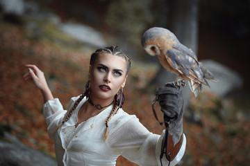 Beautiful woman portrait with barn owl Fototapete