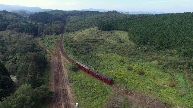 日本でここだけのループ式スイッチバック線路を登る観光列車 JR九州大畑駅の風景