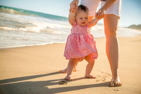 Kind lernt laufen am Strand