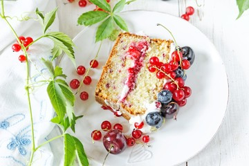 Sponge cake with cream and fresh fruits
