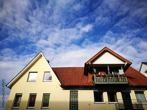 Modernes Mehrfamilienhaus Mit Spitzgiebel Und Dachgaube Mit Balkon