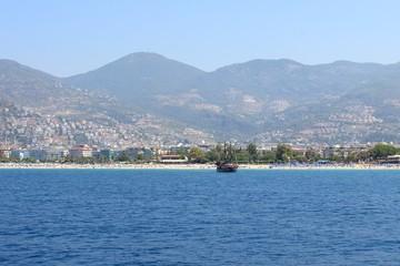 Яхта у красивого побережья