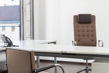 leeres Büro mit Möbel ohne Mitarbeiter