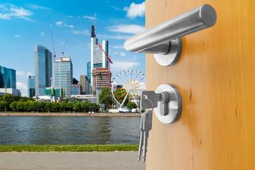offene Tür zur Stadt Frankfurt mit Blick auf die Skyline