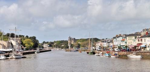 Le port de Pornic avec vue sur le château de Barbe bleue en Loire-Atlantic