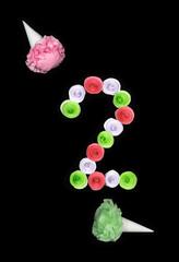 Декоративная цифра два сложенная из бумажных цветов