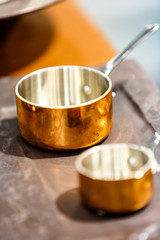 Foto op Canvas Thee Copper cookware, pots and pans are on the counter in the store.