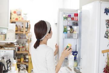 冷蔵庫を開ける主婦