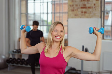 lachende frau macht sport im fitnessstudio