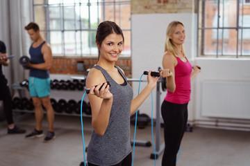 frauen trainieren ausdauer mit seilspringen