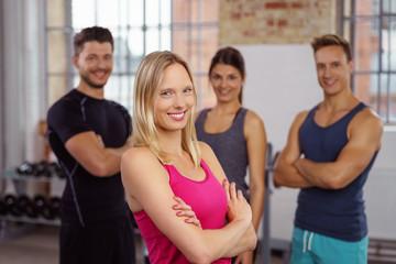 sympathische junge sportlerin im fitnessstudio