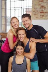 lachende freunde nach dem training im fitness-studio