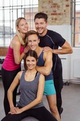 lachende männer und frauen im fitness-studio