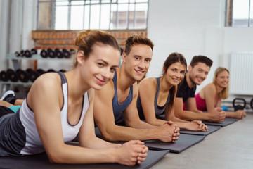 teilnehmer beim fitness-kurs im studio