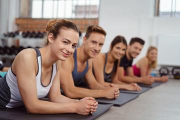 sportliche gruppe im fitness-kurs