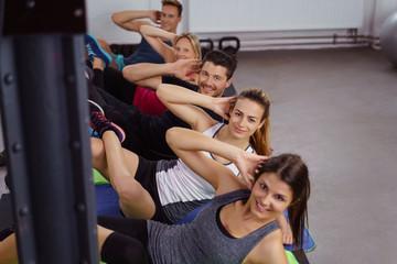 männer und frauen trainieren zusammen im fitness-club