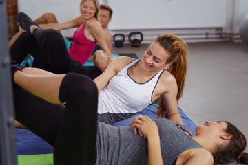 lachende gruppe im fitness-kurs
