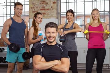 sportler trainieren mit verschiedenen geräten im studio
