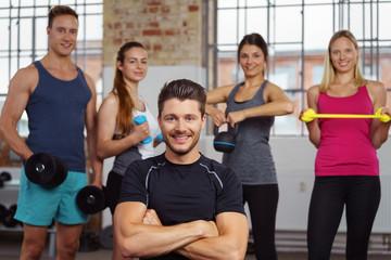 trainer und sportler im fitness-studio