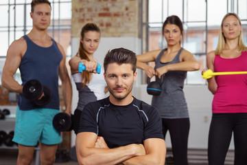 motiviertes, starkes team im fitness-studio