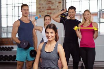 sportler mit verschiedenen geräten im fitness-studio