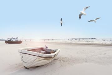 schönes Strandbild mit Booten und Möven