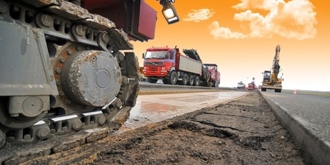 Straßenbauarbeiten mit schwerem Gerät