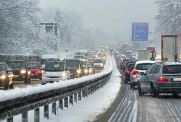 Autos und LKWs auf Autobahn im Winter bei Schnee –Berufsverkehr Stau im Saarland A 623