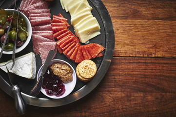 Photo sur Plexiglas Assortiment a plate of sliced cheeses and meats