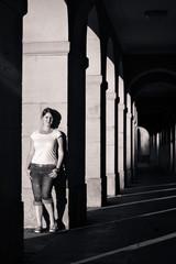junge Frau im Abendlicht an den Schloss Arkaden in s/w