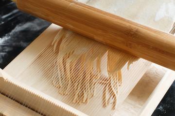 Making spaghetti alla chitarra with a tool
