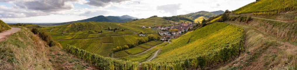 Le village de Niedermorschwihr dans son vignoble alsacien en automne, à l'époque des vendanges
