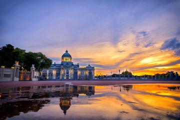 Photo Reflections in water of Ananta Samakhom Throne Hall in the morning twilight at Bangkok, Thailand.