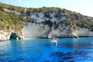 Traumhafte Bucht mit Segelboot in Griechenland