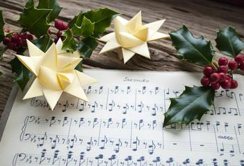 Sehr altes, handgeschriebenes Notenblatt mit Stechpalme und Weihnachtsstern, Weihnachten, xmas