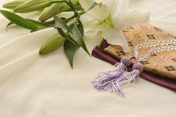 数珠と数珠袋と百合の花