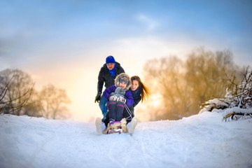 Poster Glisse hiver family rides the sledge in the wood