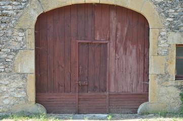 Porte en bois vieillie de village