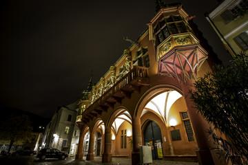 Historisches Kaufhaus am Münsterplatz in Freiburg im Breisgau bei Nacht