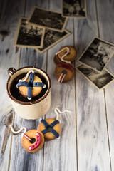 biscotti decorati come salvagenti da marina; immagine vintage con vecchie fotografie