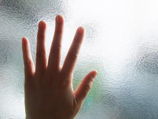 ガラスに触れた手