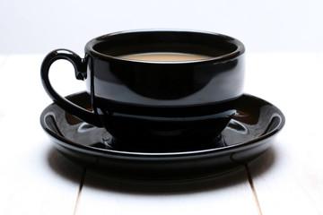 Kaffeetasse auf weißem Holz