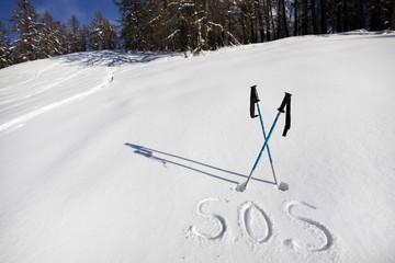 message gravé dans la neige pour demander de l'aide