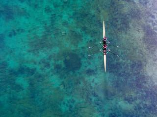 Zweierteam im Ruderboot aus der Vogelperspektive