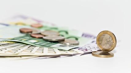 Geld: Tausende Euros am Tisch - Geldscheine und Münzen