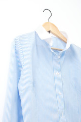 ワイシャツ ビジネス クローズアップ 白背景 ハンガー掛け