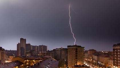 Saetta e fulmine su Milano