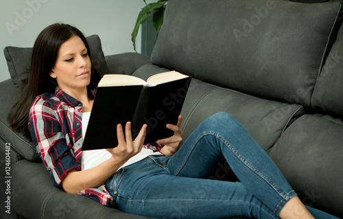 Brunette in Strumpfhosen necken auf Sofa