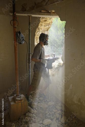 Un ouvrier ma on qui cr er une porte stockfotos und - Creer une porte ...
